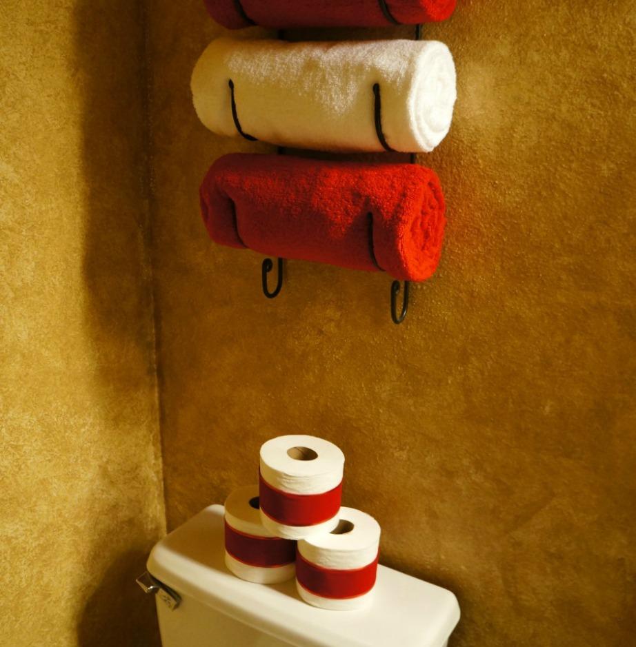 Διακοσμήστε τα χαρτιά υγείας με κόκκινη βελούδινη κορδέλα που μπορείτε να βρείτε σε καταστήματα με είδη ραπτικής,