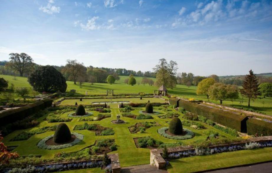 Η οικογένεια μένει μόνιμα στην Αγγλία και εδώ και λίγες μέρες έχει στην κατοχή της αυτό το εκπληκτικό κάστρο.