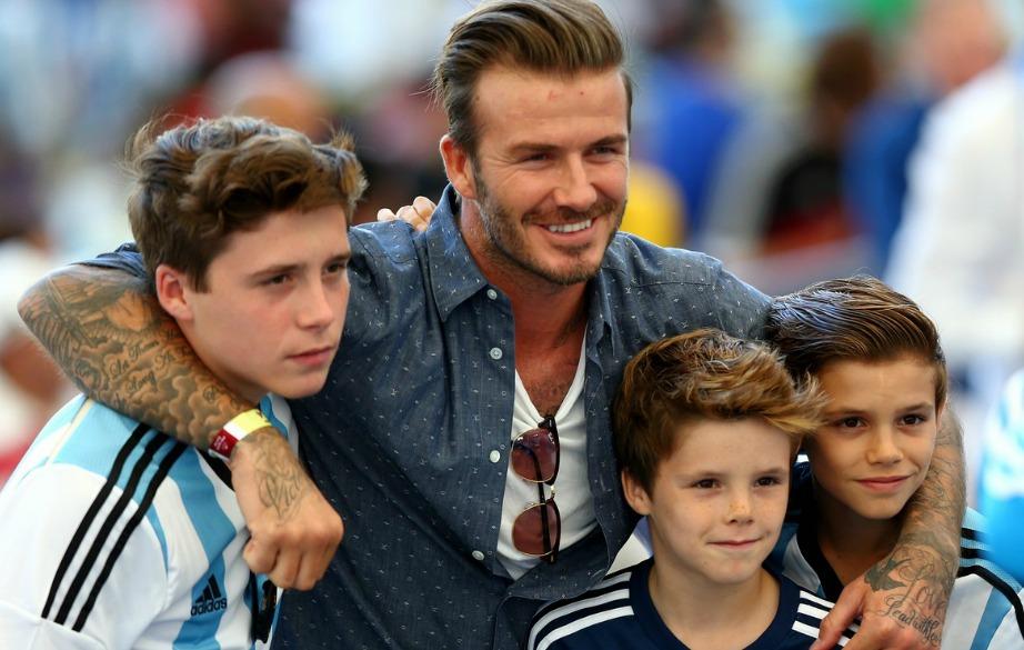 Οι γιοι της οικογενείας λατρεύουν το ποδόσφαιρο όπως φυσικά και ο πατέρας τους.