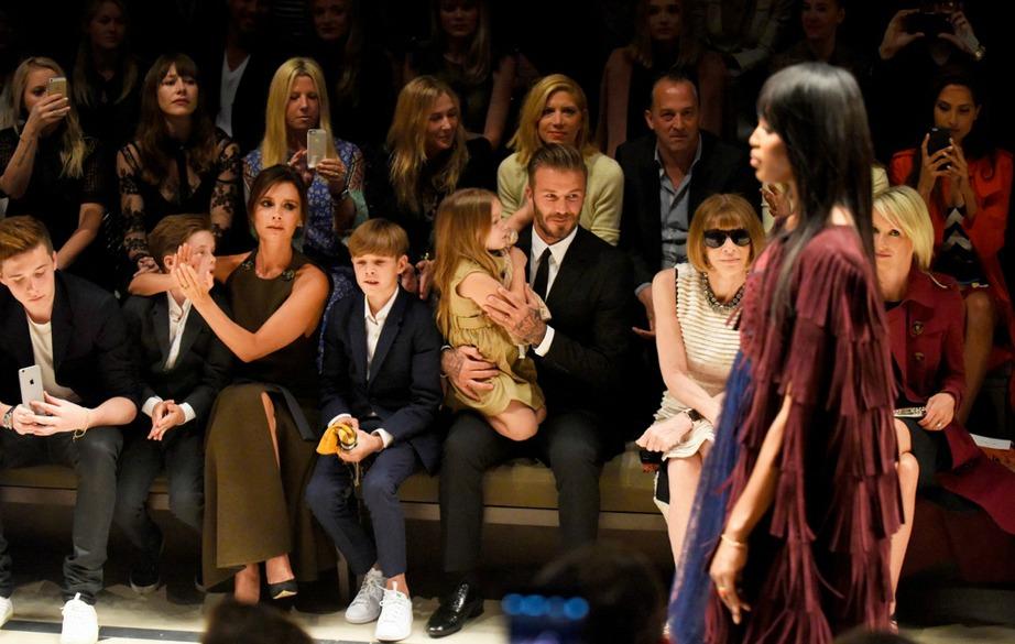 Η μικρή Harper Beckham από την άλλη πλευρά έχει μια αγάπη για τη μόδα όπως φυσικά και η μητέρα της.