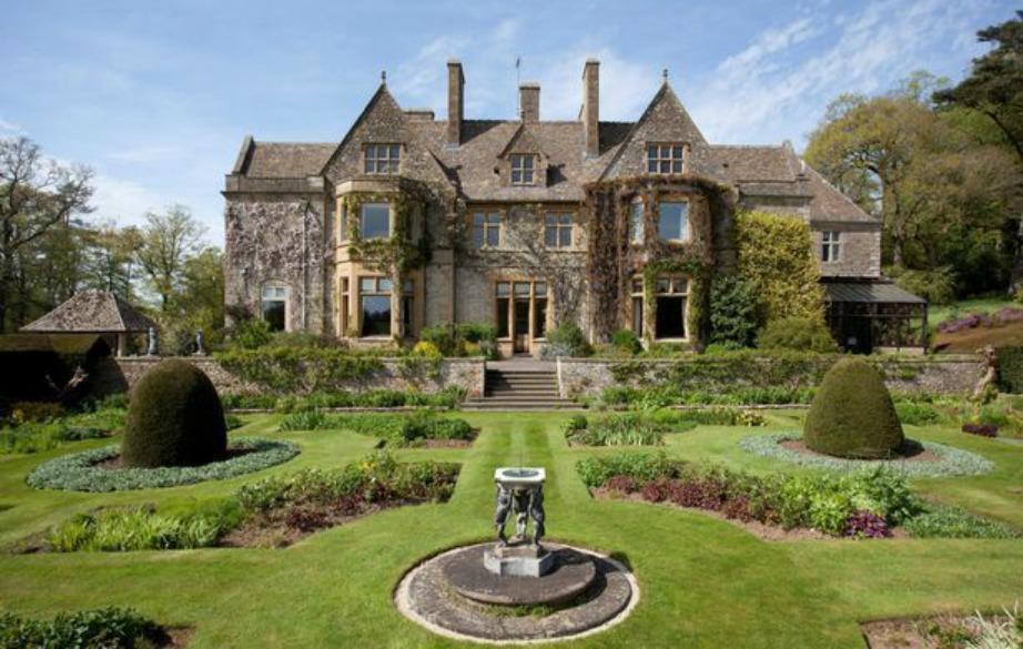 Το νκυρίως σπίτι εξωτερικά μοιάζει με το κάστρο του Downton Abbey.
