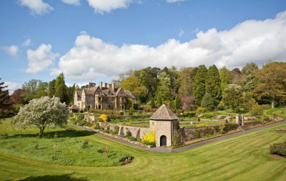 Το σπίτι διαθέτει τεράστιους κήπους και μεγάλες εκτάσεις πράσινου.