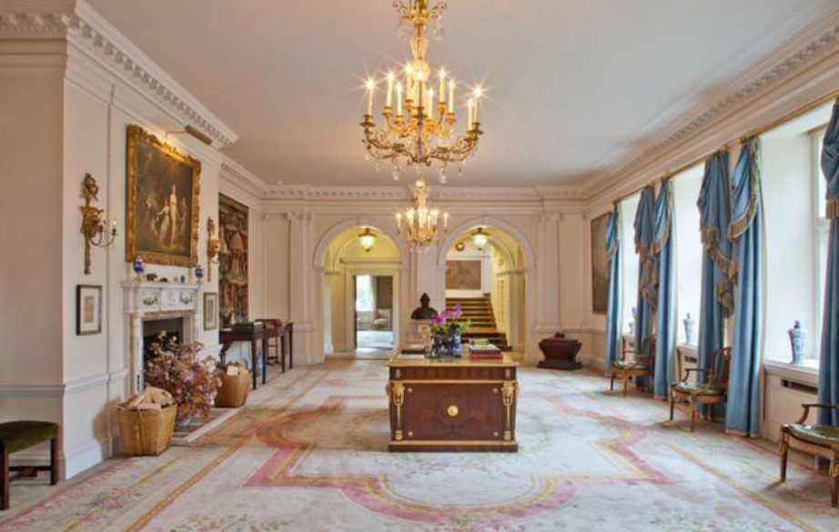 Αυτή η τραπεζαρία θυμίζει παλάτι και όχι το σπίτι ενός ποδοσφαιριστή.