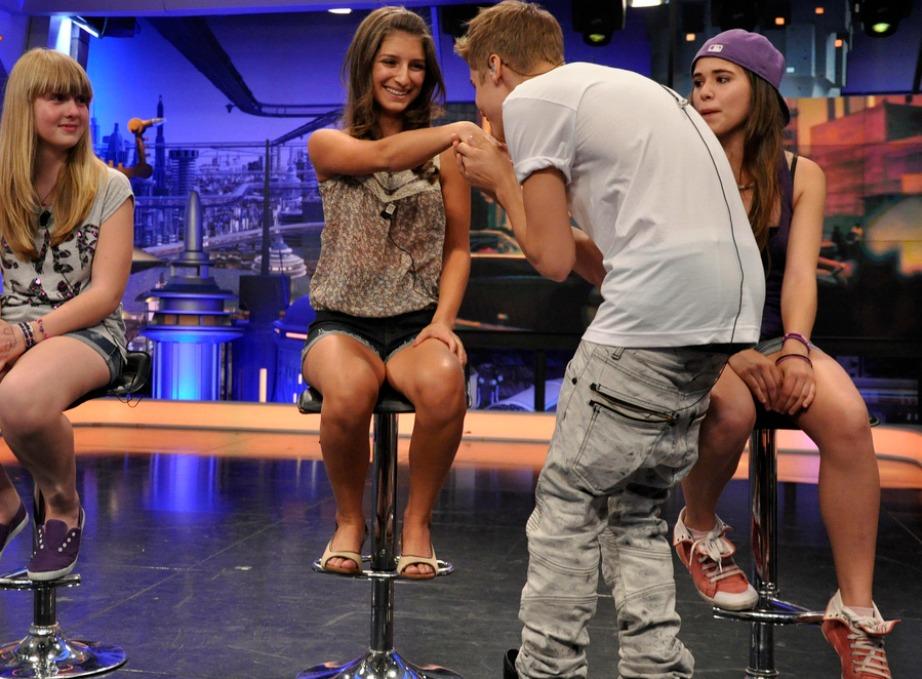 Ο Justin εν ώρα εργασίας με τις αγαπημένες του Beliebers (έτσι έχει ονομάσιε τις φαν του).