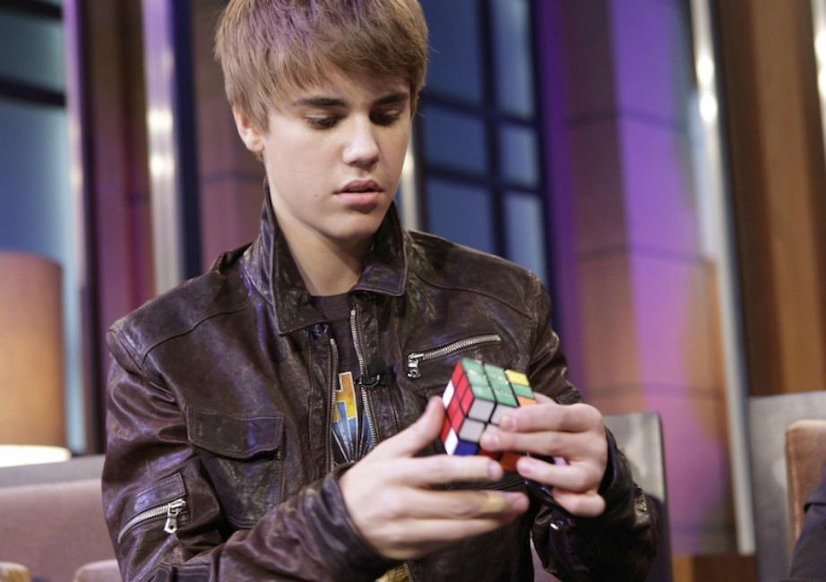 Ο Justin μπορεί να λύσει τον κύβο του ρούμπικ σε λιγότερο από 2 λεπτά! Έχει και μυαλό λοιπόν..