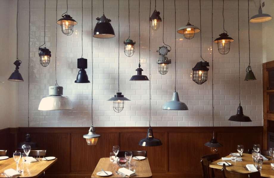 Η λύση για άμεση πολυτέλεια είναι μία: φώτα κι άλλα φώτα!
