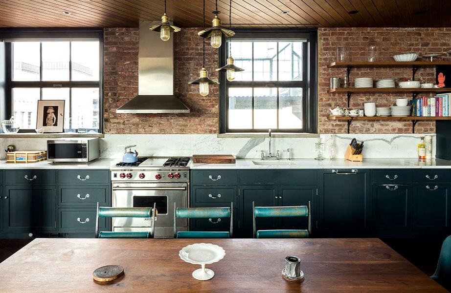Η Kristen Dunst άκουσε τις συμβουλές των σεφ και έβαλε ανοιχτά ράφια στο διαμέρισμά της στο Μανχάταν.