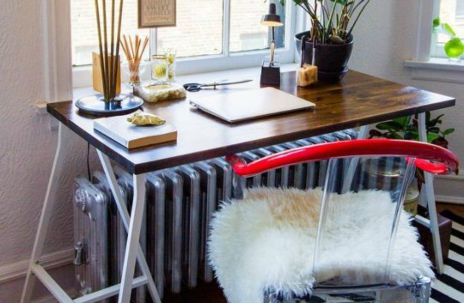 Σε αυτή τη γωνιά έχουν χρησιμοποιηθεί τρεις διαφορετικές υφές. Το γραφείο είναι ξύλινο με μεταλλικά πόδια και στην πλαστική καρέκλα υπάρχει ένα γούνινο μαξιλάρι