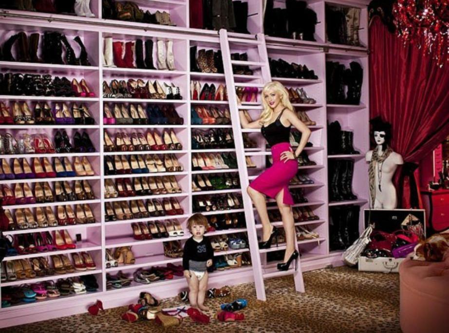Αν και η συλλογή παπουτσιών της Christina είναι πολύ εντυπωσιακή, η διακόσμηση του χώρου δεν μας ενθουσιάζει.