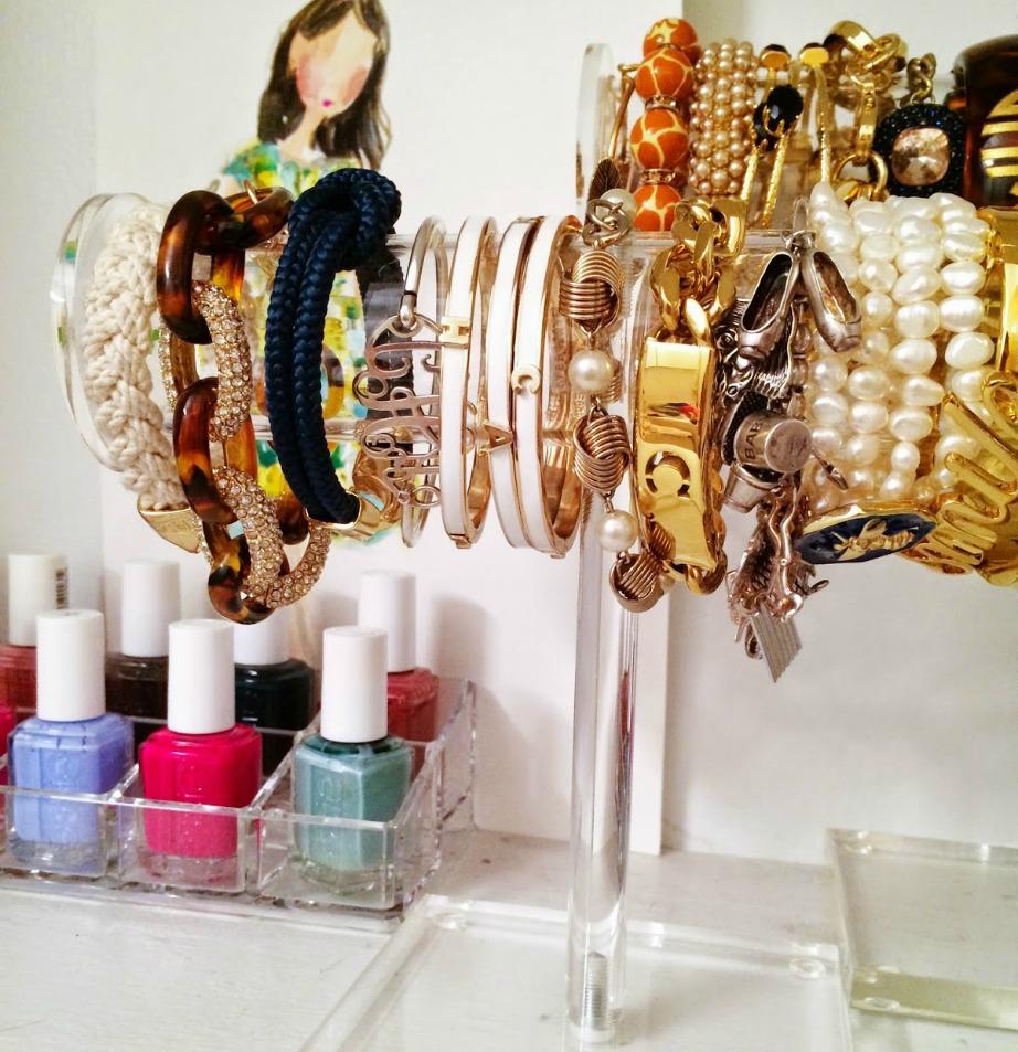 Οργανώστε τα κοσμήματά σας με τέτοιο τρόπο ώστε να τα βλέπετε και να τα φοράτε συχνότερα.