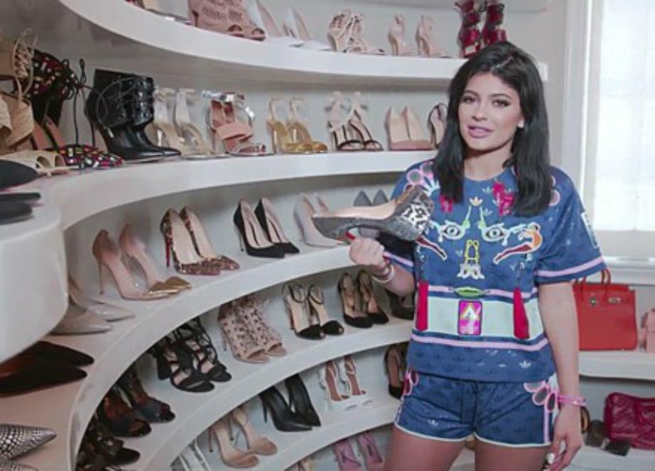 Η Κylie Jenner έχει μια τεράστια walk-in ντουλάπα μόνο για τα παπούτσια της.