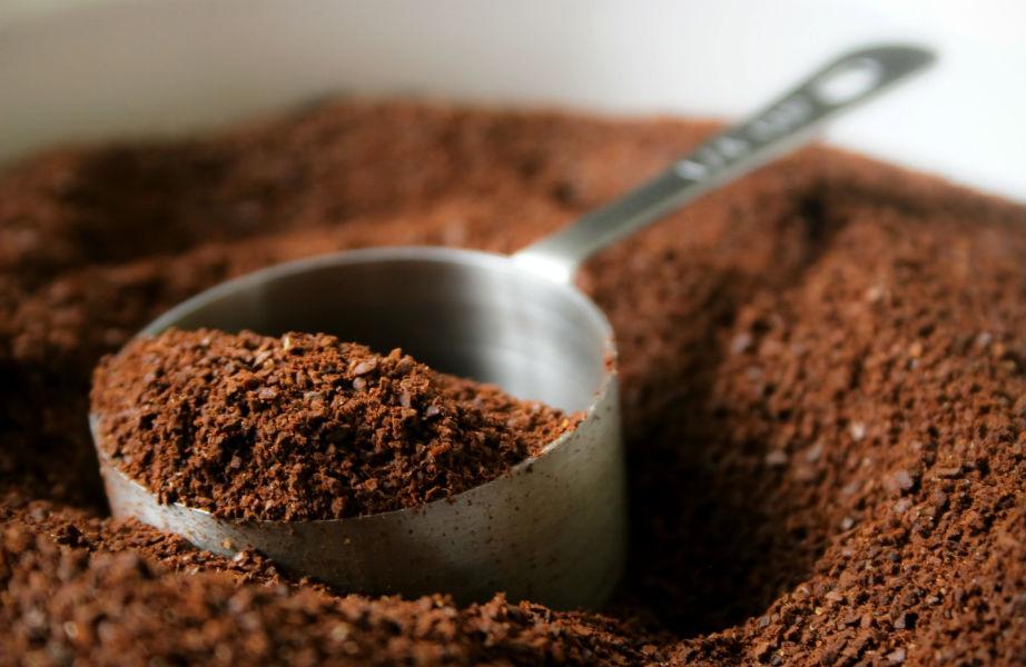 Ένα κουτάλι αλεσμένο καφέ φτάνει για να εξαφανίσει τις άσχημες μυρωδιές από το ψυγείο σας.