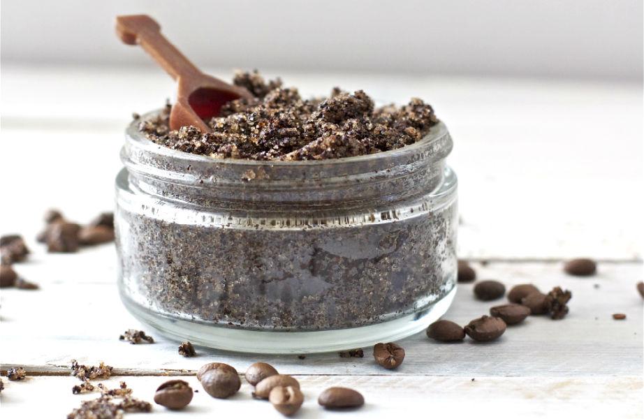 Προσθέτοντας λίγη ζάχαρη και λάδι στον αλεσμένο καφέ, θα φτιάξετε ένα υπέροχο scrub για τα χέρια σας και θα κρατήσετε τις μυρωδιές του φαγητού μακριά τους!
