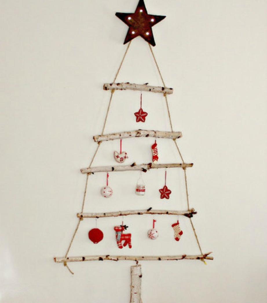 Στηρίξτε τα κλαδιά στον τοίχο με ειδικά αυτοκόλλητα που κρατάνε ελαφριά αντικείμενα και στολίστε τα με όμορφα στολίδια.