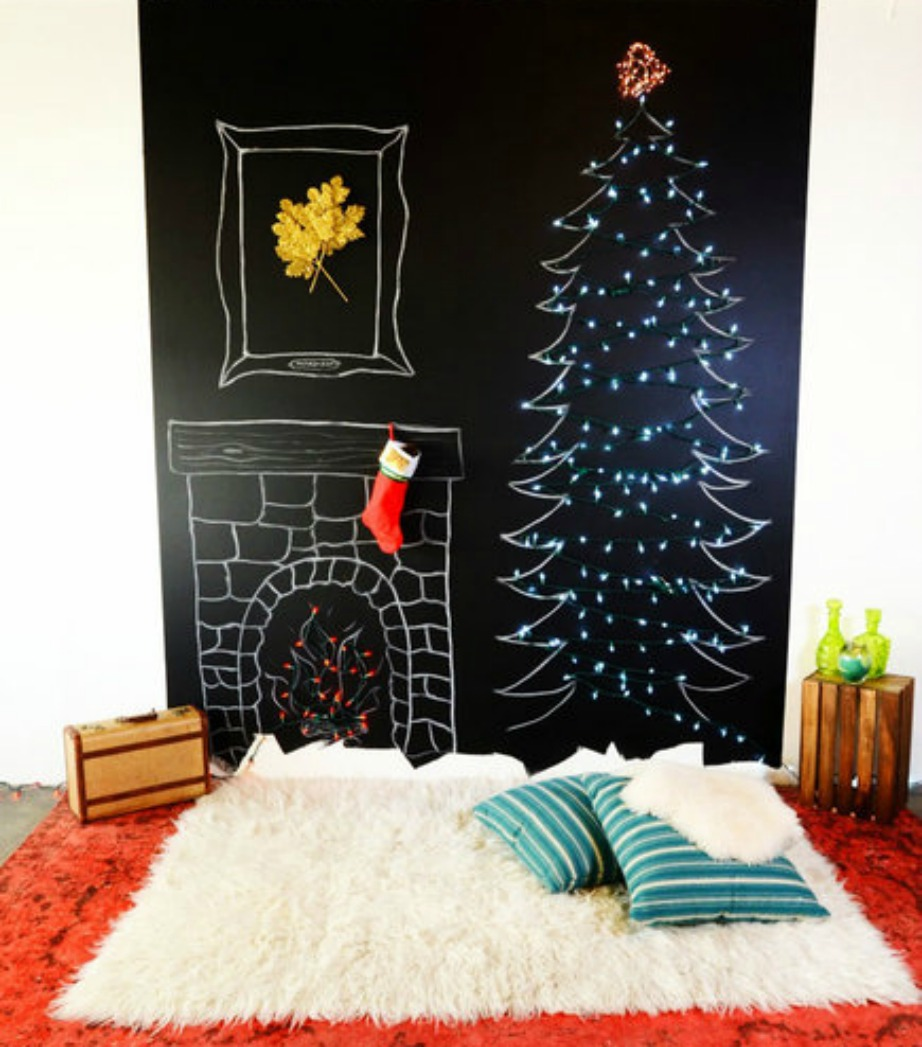 Μια προχωρημένη αλλά ωραία ιδέα είναι να μετατρέψετε τον τοίχο σας σε μαυροπίνακα και να ζωγραφίσετε εκεί το δέντρο σας.