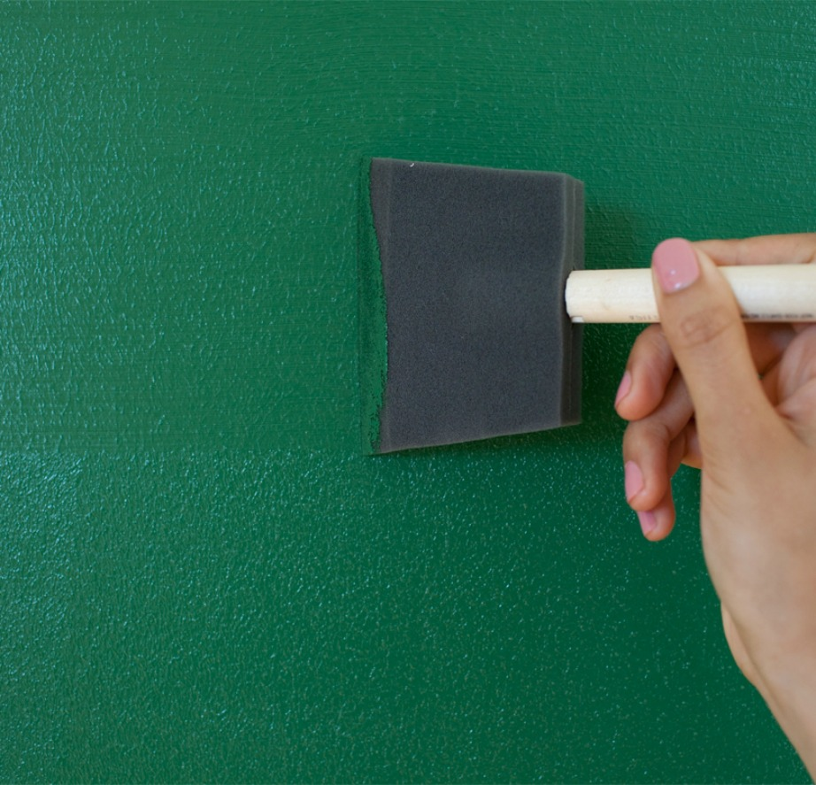 Ξεκινήστε βάφοντας τους πίνακες ό,τι χρώμα θέλετε με την ειδική βούρτσα.