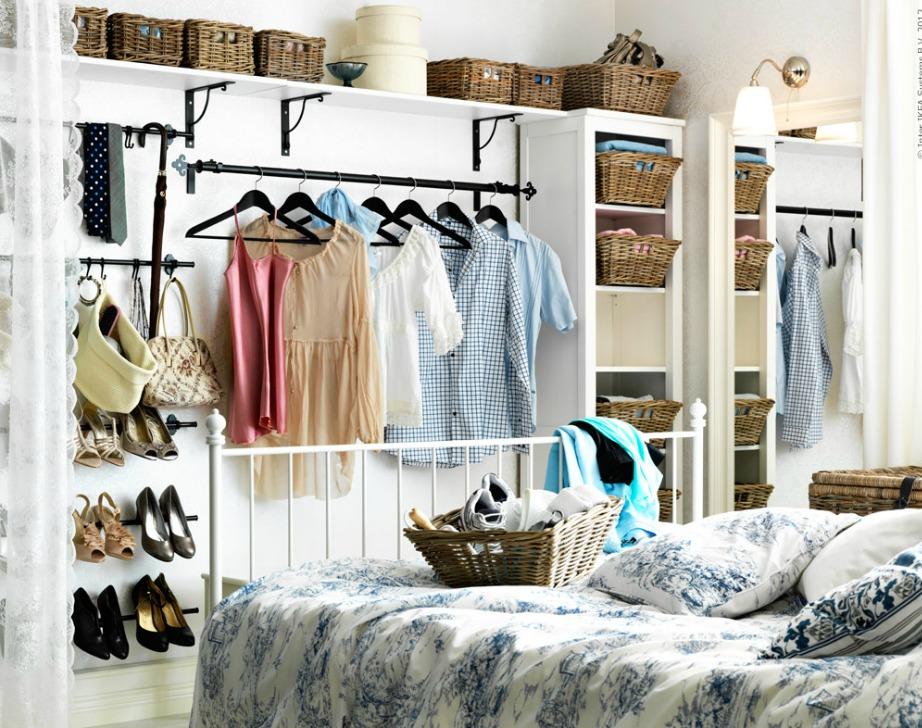 Αν δεν έχετε ντουλάπια και χρησιμοποιήσετε αλλους τρόπους αποθήκευσης, φροντίστε να μην το παρακάνετε γιατί τότε το δωμάτιο δε θα δείχνει τακτοποιημένο όσο οργανωμένο και αν είναι.