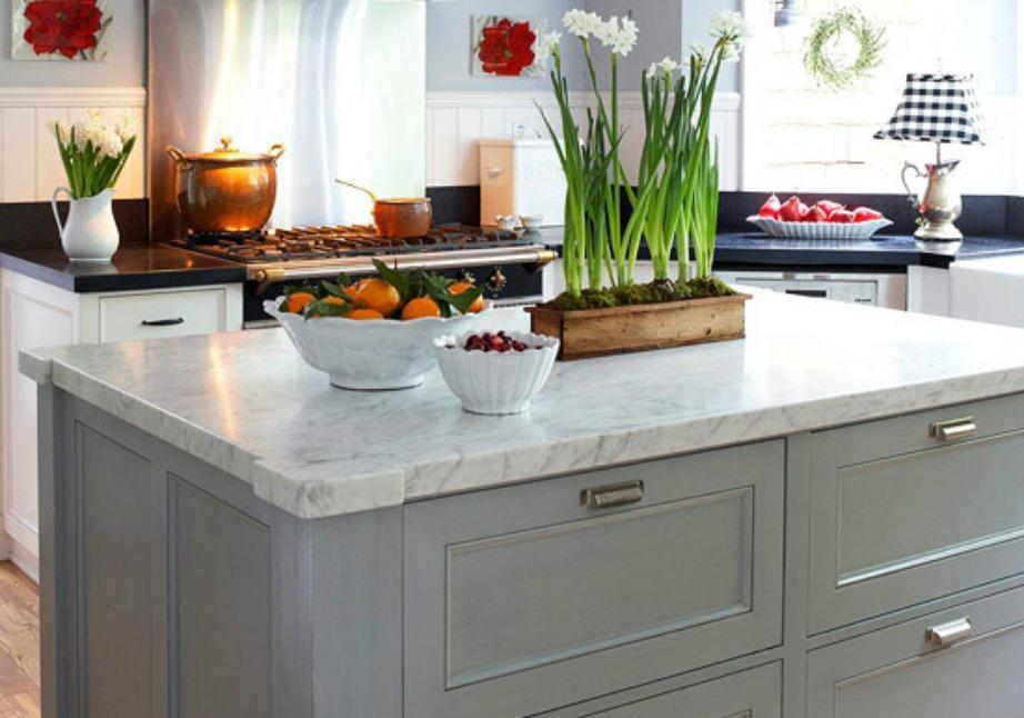 Καθαρίστε καλά τους πάγκους της κουζίνας, τους νεροχύτες αλλά και τους κάδους απορριμάτων για να μην μυρίζει άσχημα όλο το σπίτι.