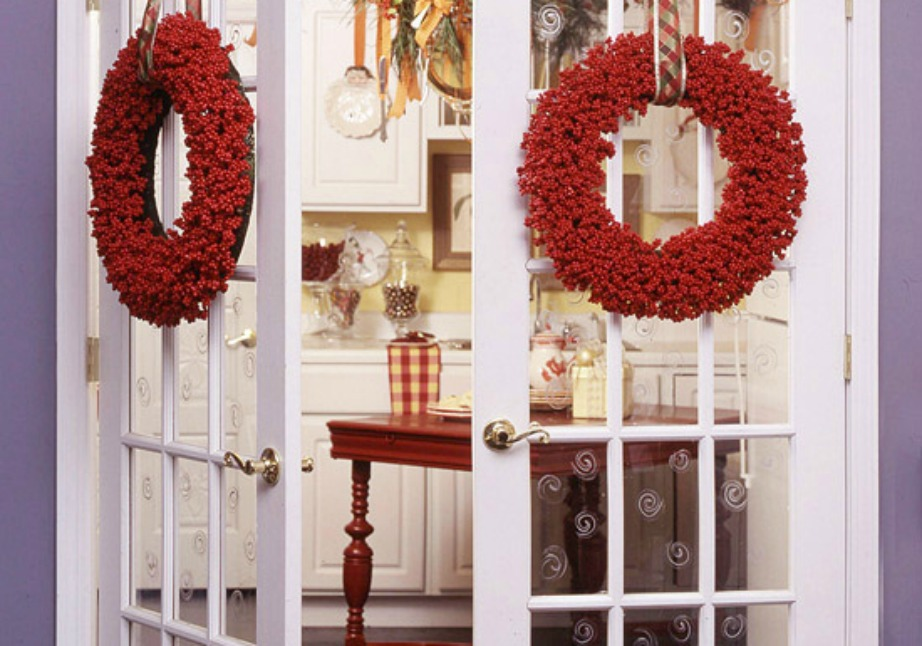 Διακοσμήστε με όμορφα στεφάνια, στολίδια και χριστουγεννιάτικα φυτά και λουλούδια.