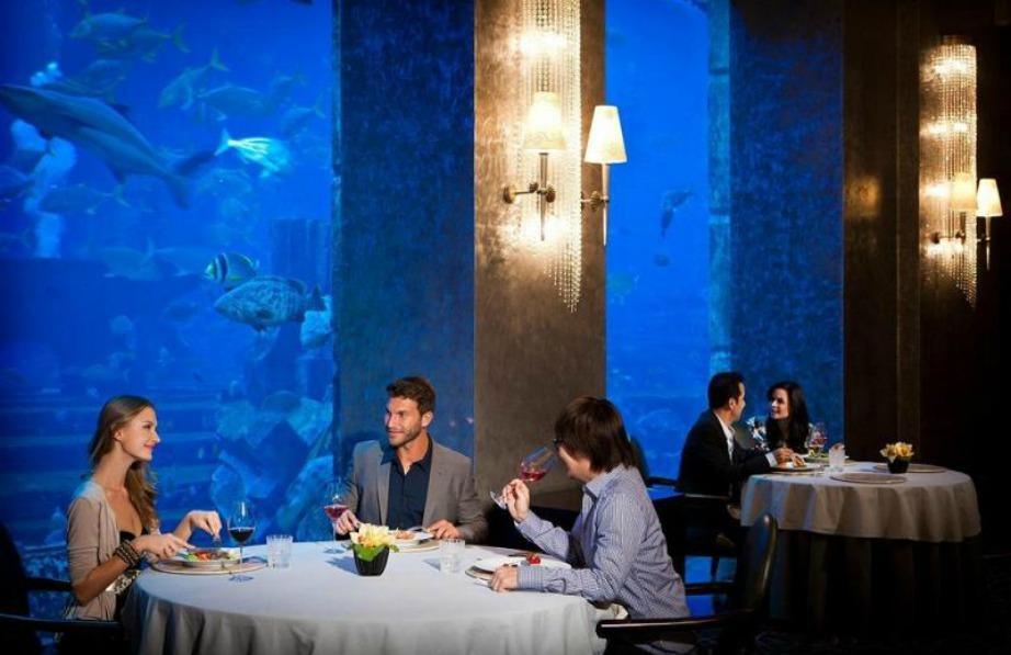 Τα εστιατόρια προσφέρουν μοναδικές εμπειρίες καθώς έχουν σαν θέα τον βυθό του Ωκεανού και προσφέρουν μερικά από τα πιο ακριβά πιάτα του κόσμου
