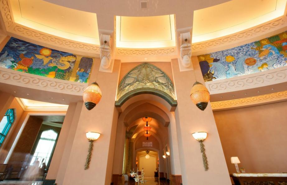 H διακόσμηση είναι μοναδική και οι τοιχογραφίες που θα συναντήσετε σε διάφορα σημεία του ξενοδοχείου είναι πολύ εντυπωσιακές