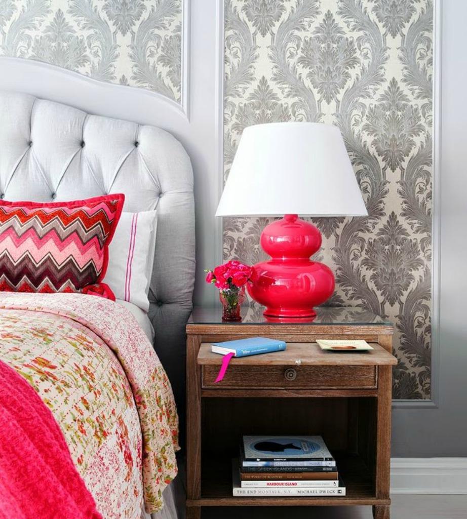 Η όμορφη ταπετσαρία, τα πολύχρωμα μαξιλάρια και το όμορφο φωτιστικό ανανέωσαν πλήρως αυτό το υπνοδωμάτιο.