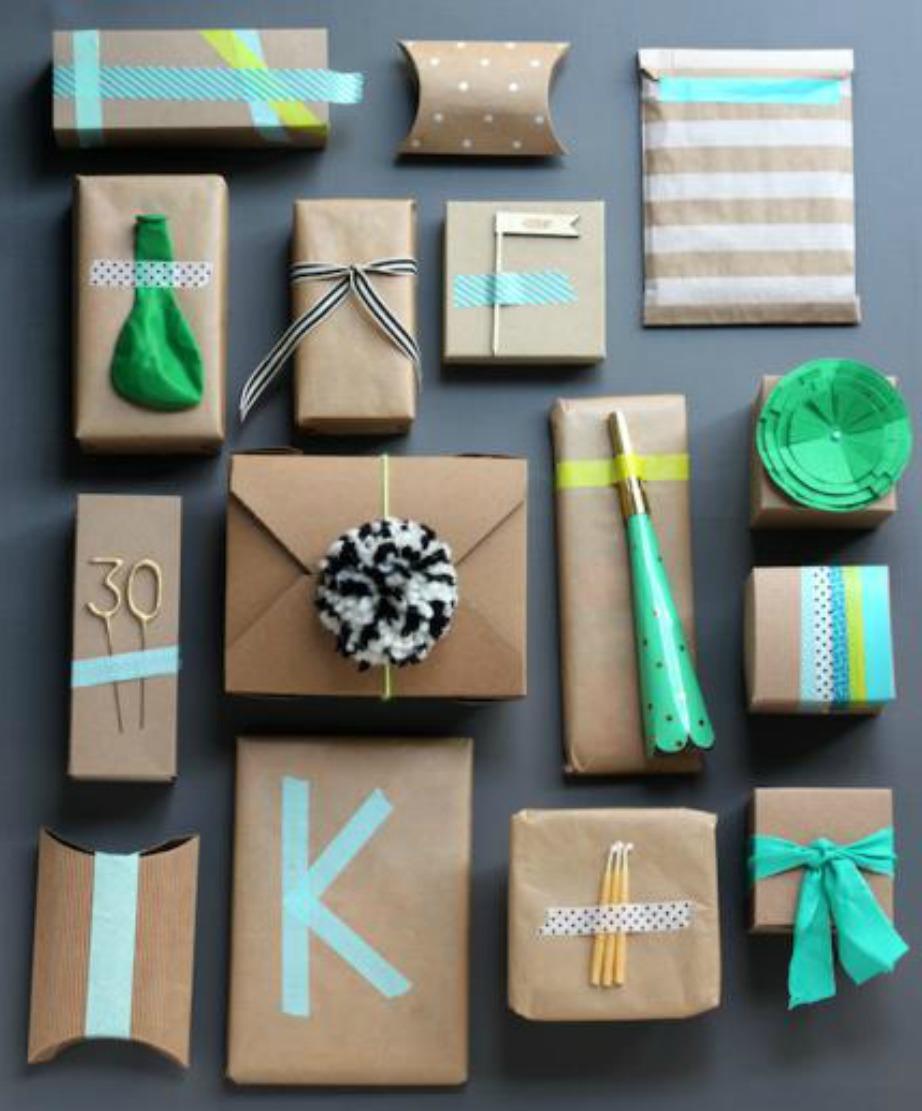 Ακόμα και τα στολίδια που σας έμειναν από το τελευταίο πάρτι μπορεί να χρησιμεύσουν για να στολίσετε τα δώρα σας.