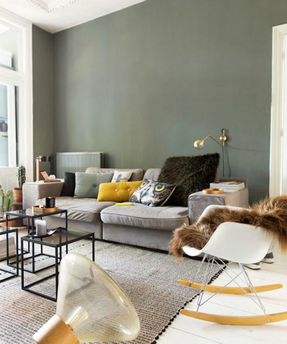Επιλέξτε το πράσινο της ελιάς για έναν τοίχο στο σαλόν ι σας και συνδυάστε το με λευκό, εκρού ή γήινα χρώματα.