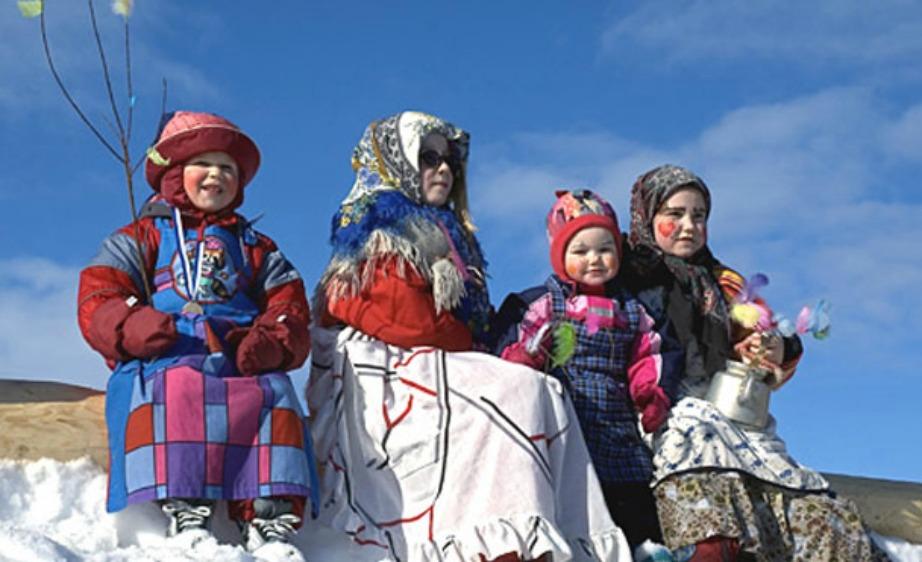 Στη Φινλανδία τα παιδάκια ντύνονται και βάφονται έντονα και περιφέρονται στις πόλεις κρατώντας σκούπες