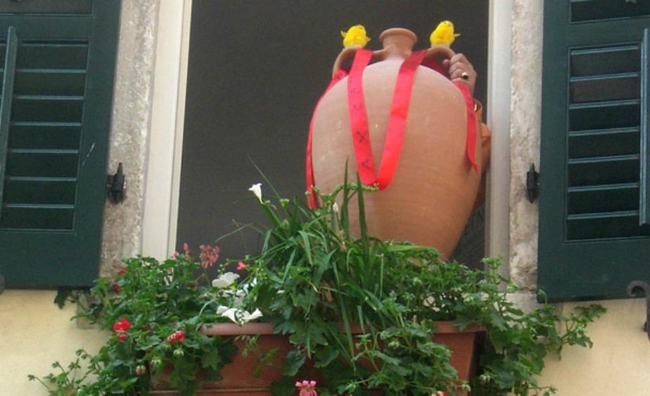 Στην Κέρκυρα οι κάτοικοι πετάνε πήλινα κανάτια από το μπαλκόνι τους