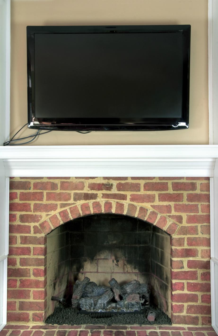 Με την τοποθέτηση της τηλεόρασης πάνω από το τζάκι εξοικονομείται χώρος.