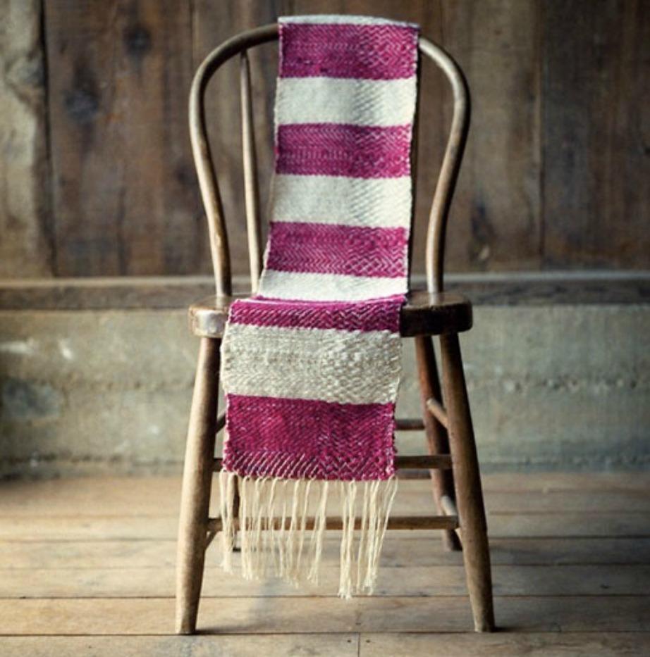 Ρίξτε ένα κασκόλ στην καρέκλα σας για να της δώσετε cozy πινελιά.
