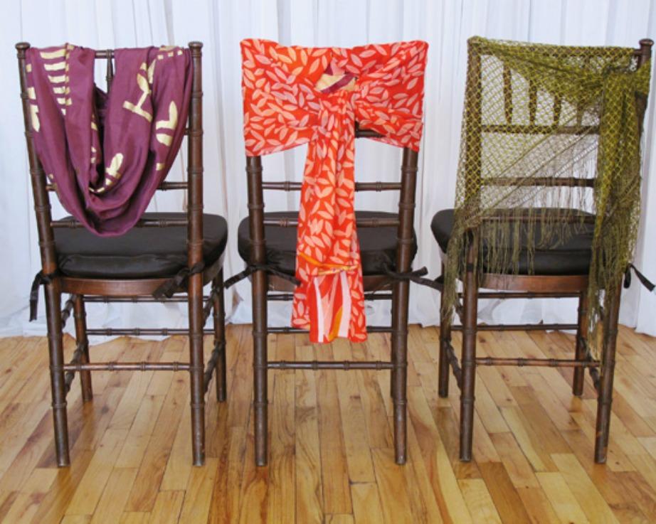 Δείτε πόσο ωραία δείχνουν αυτά τα φουλάρια που είναι δεμένα με διαφορετικούς τρόπους στις καρέκλες.
