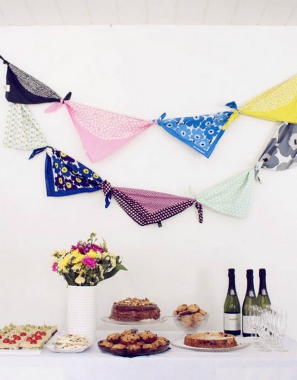 Δέστε φουλάρια ή κασκόλ μεταξύ τους για να δημιουργήσετε έναν πρωτότυπο στολισμό για το πάρτι σας.