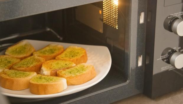 Αυτός είναι ο Λάθος Τρόπος για να Ζεσταίνετε το Φαγητό σας στο Φούρνο Μικροκυμάτων!