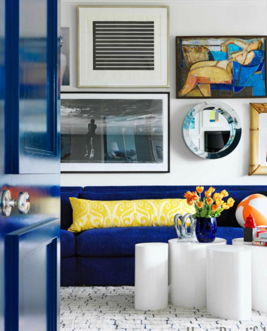 Το μπλε του καναπέ συνδυάζεται με το μπλε της πόρτας,