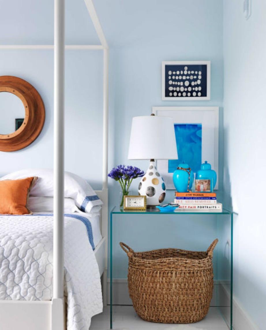 Το παλ μπλε είναι η καλύτερη επιλογή για τους τοίχους του δωματίου σας. Ενισχύστε με πιο έντονα μπλε διακοσμητικά.
