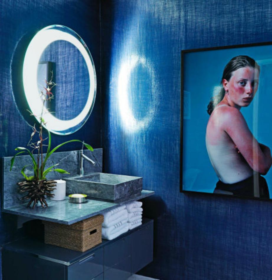 Το σκούρο μπλε ταιριάζει πολύ και στο μπάνιο.