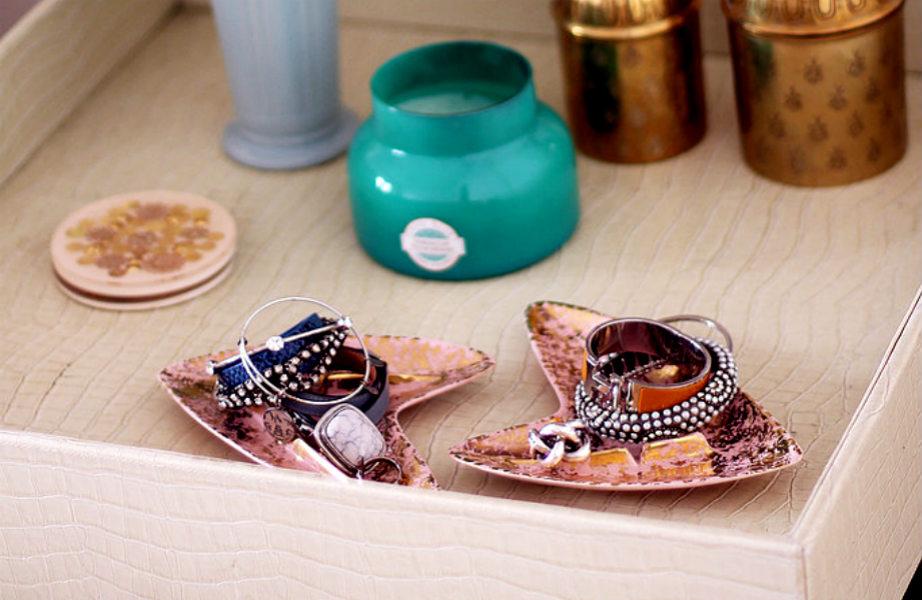 Η ευτυχία κρύβεται στην έξυπνη οργάνωση ή αλλιώς στα vintage πιατάκια για τα κοσμήματά σας.