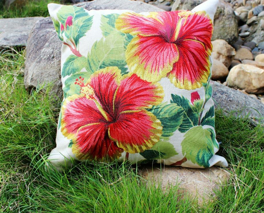 Τα φλοράλ μαξιλαράκια ταιριάζουν πολύ στη χαβανέζικη διακόσμηση.