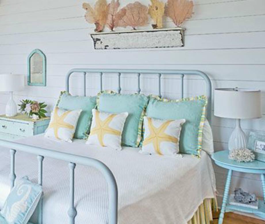 Διακοσμήστε το κρεβάτι σας με όμορφα κοχύλια και μαξιλάρια με καλοκαιρινή χαβανέζικη έμπνευση.