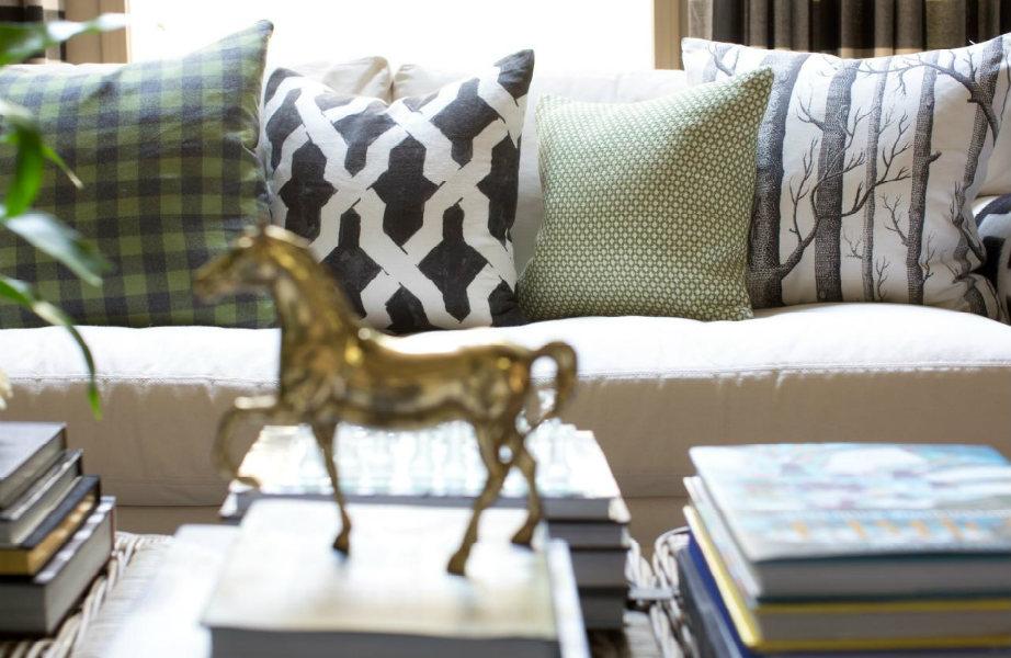 Τα μαξιλάρια δίνουν αέρα άνεσης και ζεστασιάς στο καθιστικό σας.