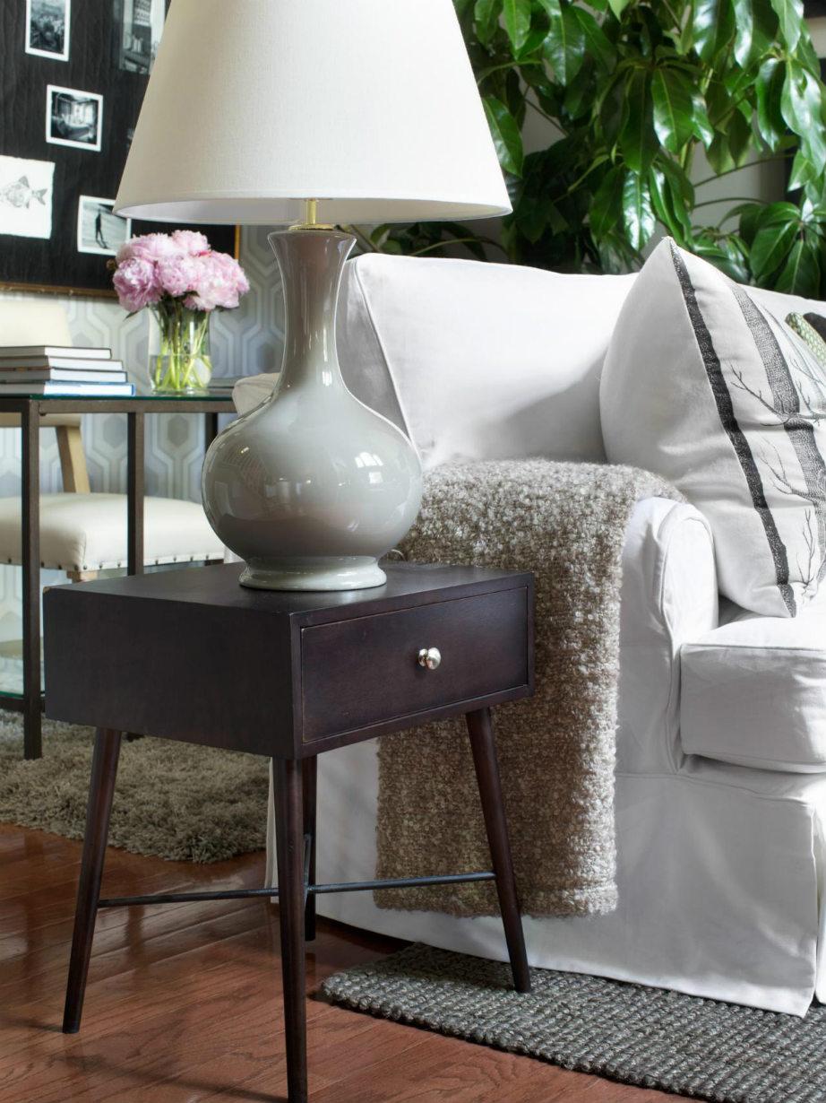 Τι άλλο χαρίζει στο καθιστικό σας ένα μικρό τραπεζάκι πέρα από στυλ; Έξτρα αποθηκευτικό χώρο!