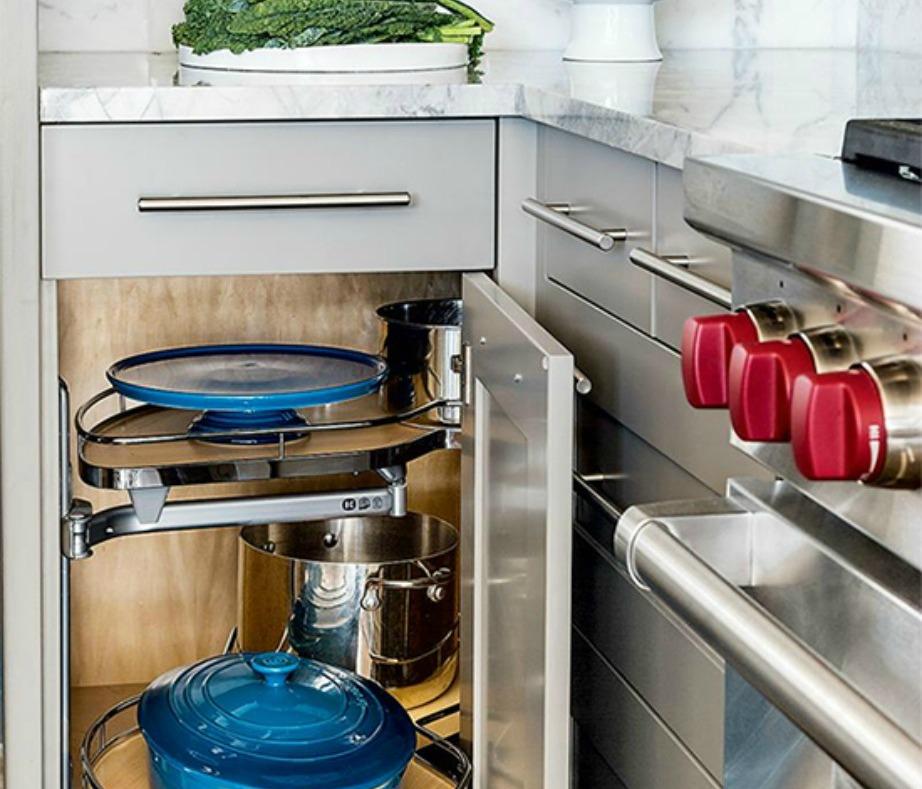 Στην κουζίνα, αν πετάξετε χαλασμένα τρόφιμα, καθαρίσετε τους πάγκους και οργανώσετε τα ντουλάπια, δεν χρειάζεται να κάνετε τίποτα παραπάνω. Μέσα σε 5 λεπτά θα έχετε έναν πιο οργανωμένο και καθαρό χώρο.
