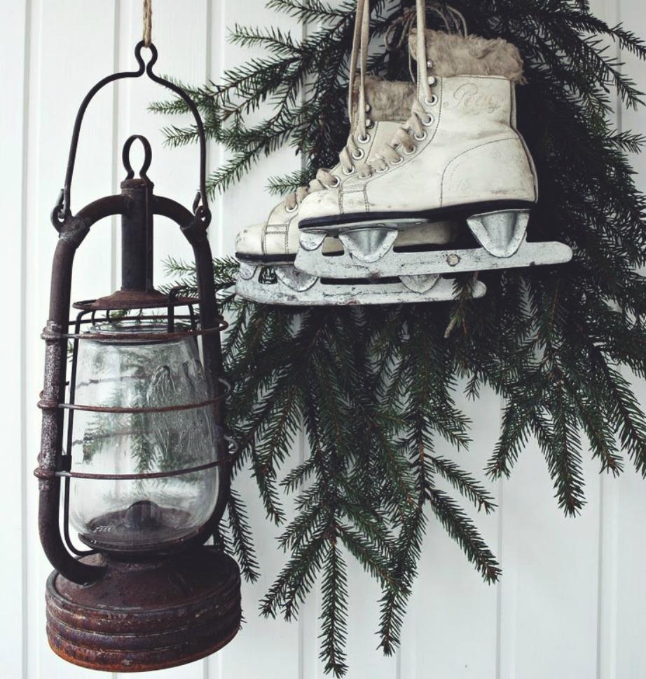 Αξιοποίησε τα πατίνια σου κρεμώντας τα στο μπαλκόνι για τέλειο χειμερινό decor.