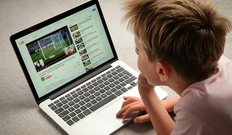Μην αφήνετε το παιδί σας ανεξέλεγκτο να σερφάρει στο ίντερνετ.