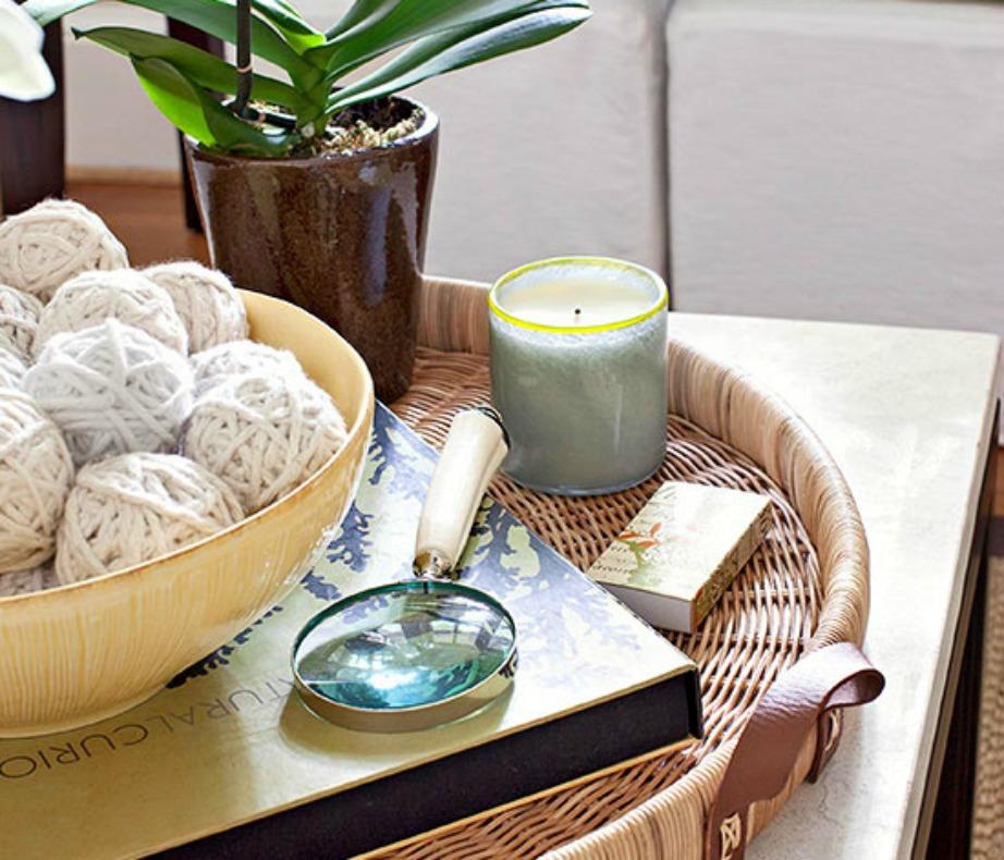 Βγάλτε τα βαριά τραπεζομάντιλα και αφήστε τα τραπέζια άδεια βάζοντας μόνο μερικά καλοκαιρινά διακοσμητικά.