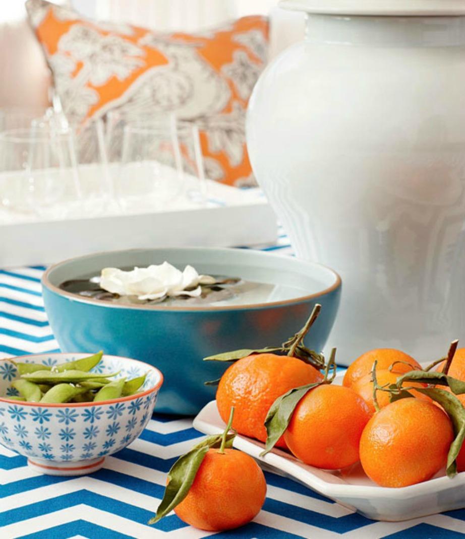 Ένα τραπεζάκι με ρίγες είναι ό,τι πρέπει για το σαλόνι. Επίσης η διακόσμηση με φρούτα είναι άκρως καλοκαιρινή και γεμάτη ζωντάνια.