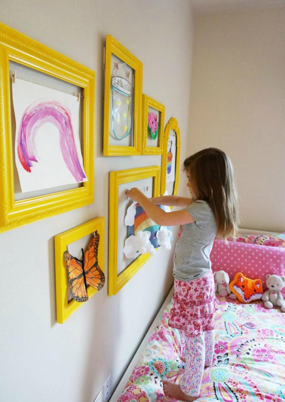 Τα κίτρινα πινακάκια δίνουν χρώμα στον χώρο, ενώ κάθε παιδί μπορεί να βάλει μέσα σε αυτά ό,τι θέλει.