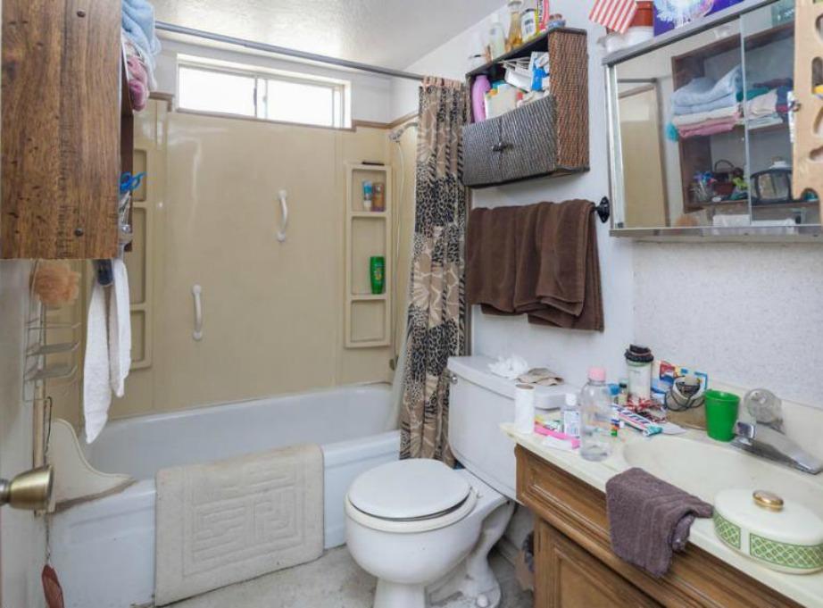 Αυτό το μπάνιο έχει μερικά στοιχεία που μας αρέσουν αλλά η ακαταστασία του το κάνει να δείχνει πολύ γεμάτο και υπερβολικό.